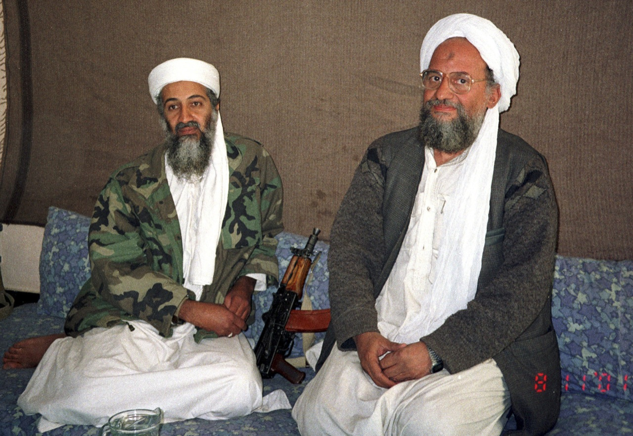 Osama bin Laden (L) sits with his advisor and purported successor Ayman al-Zawahiri, an Egyptian linked to the Al-Qaeda network, during an interview with Pakistani journalist Hamid Mir (not pictured) in an image supplied by the respected Dawn newspaper November 10, 2001. Al Qaedas elusive leader Osama bin Laden was killed in a mansion outside the Pakistani capital Islamabad, U.S. President Barack Obama said on May 1, 2011. REUTERS/Hamid Mir/Editor/Ausaf Newspaper for Daily Dawn (AFGHANISTAN - Tags: POLITICS CONFLICT IMAGES OF THE DAY). (Foto: HO/Scanpix 2011)